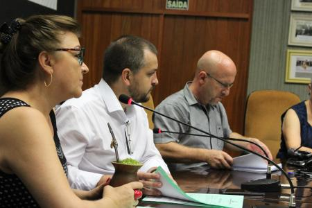Presidente da Comissão de Justiça e Redação, vereadora Neca Dalmoro conduziu a reunião