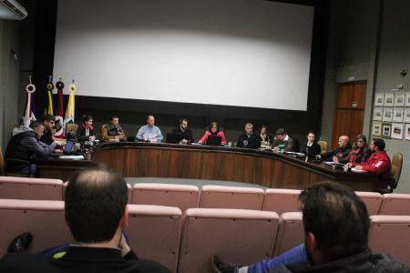 O secretário da Comissão de Finanças e Orçamento, vereador Carlos Eduardo Ranzi (MDB) conduziu a reunião desta quinta-feira, dia 24
