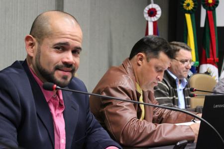 Suplente Vavá (e) assumiu o lugar do vereador Ranzi na sessão desta semana